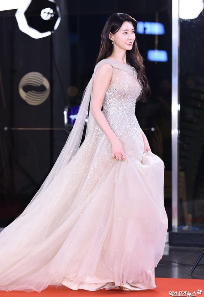 Nữ phụ Itaewon Class: Mặt mộc xuất sắc, thân hình nóng bỏng, từng hẹn hò Lee Jong Suk-9