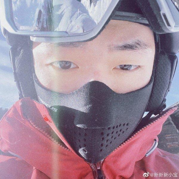 Con trai riêng của chồng Triệu Vy khoe ảnh gia đình không có mẹ kế, dân mạng xôn xao-1