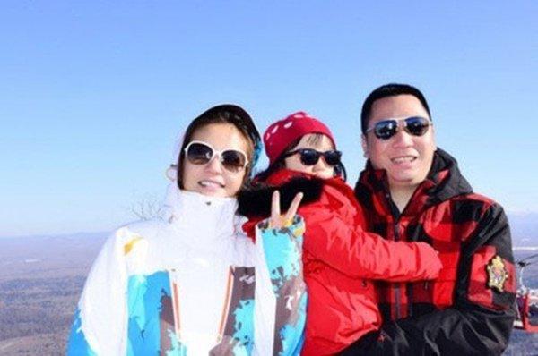 Con trai riêng của chồng Triệu Vy khoe ảnh gia đình không có mẹ kế, dân mạng xôn xao-6