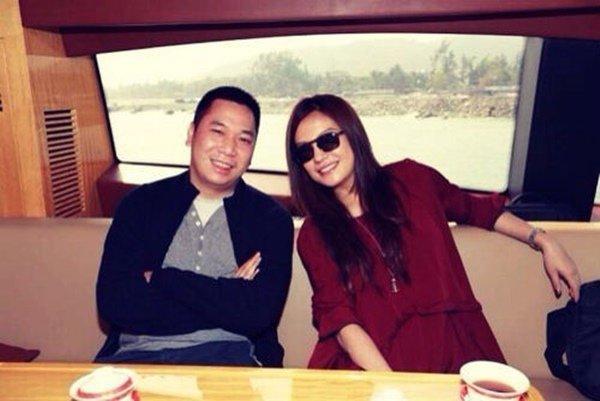 Con trai riêng của chồng Triệu Vy khoe ảnh gia đình không có mẹ kế, dân mạng xôn xao-7
