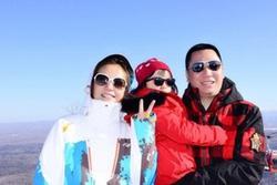 Con trai riêng của chồng Triệu Vy khoe ảnh gia đình không có mẹ kế, dân mạng xôn xao