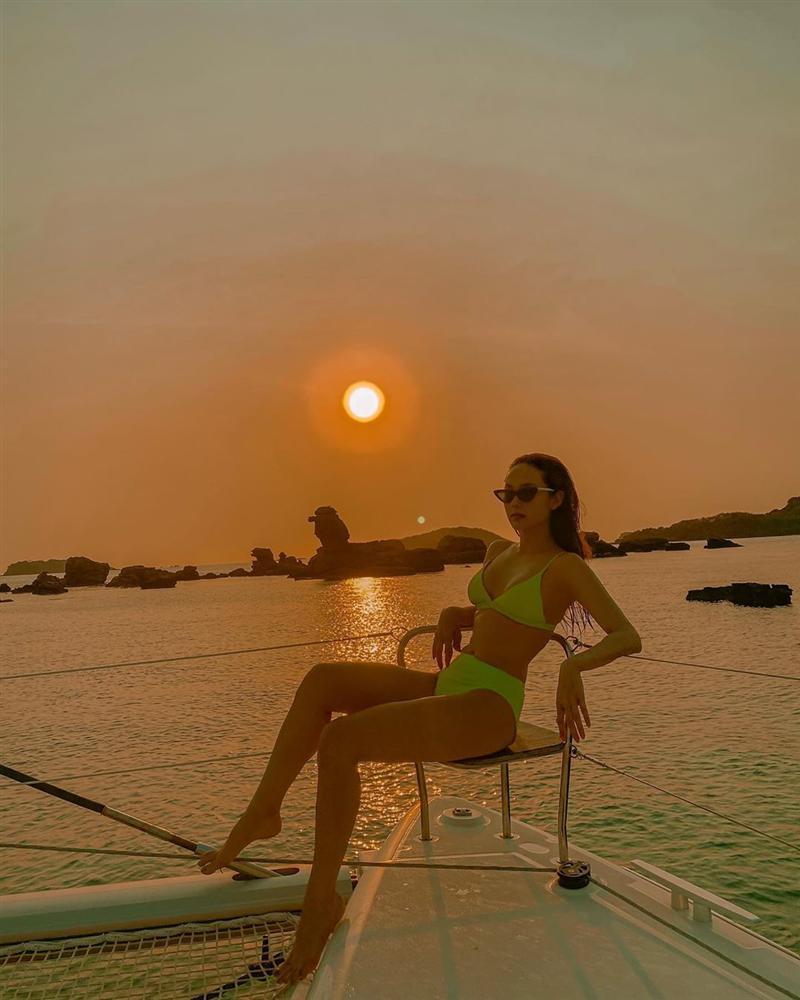 Minh Hằng đăng ảnh bikini giữa mùa dịch, ngâm mình trong nước để da dẻ mặn mòi-1