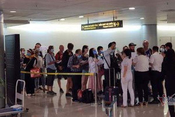 Tìm 5 người nhập cảnh bay cùng hành khách Nhật dương tính Covid-19-1