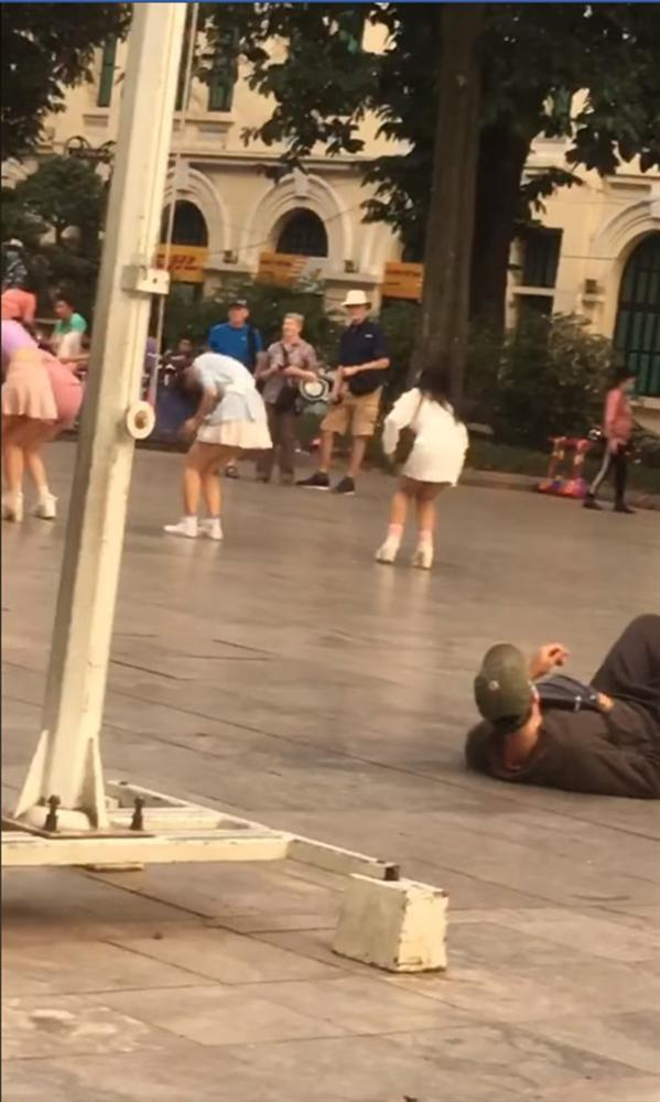 Kẻ biến thái nằm hẳn ra đường để nhìn trộm 2 cô gái mặc váy ngắn ở phố đi bộ Hà Nội-1