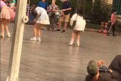 Kẻ biến thái nằm hẳn ra đường để nhìn trộm 2 cô gái mặc váy ngắn ở phố đi bộ Hà Nội
