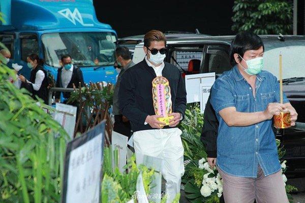 Đám tang mẹ Thiên vương Quách Phú Thành: Con trai, con dâu đeo khẩu trang, quan khách thưa thớt-1