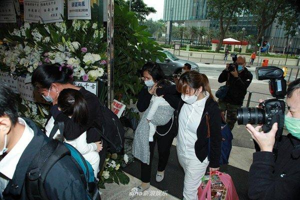 Đám tang mẹ Thiên vương Quách Phú Thành: Con trai, con dâu đeo khẩu trang, quan khách thưa thớt-4