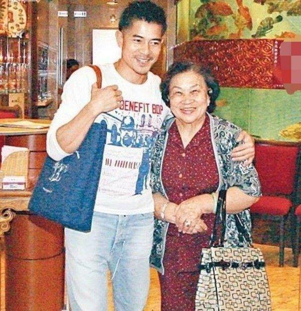 Đám tang mẹ Thiên vương Quách Phú Thành: Con trai, con dâu đeo khẩu trang, quan khách thưa thớt-7