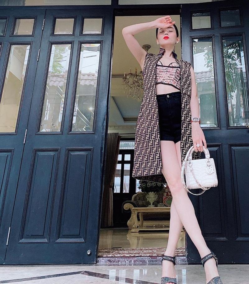 Lệ Quyên khoe street style nhưng bị soi photoshop méo chân - Phạm Hương lên đồ ngập tràn sắc hè-3