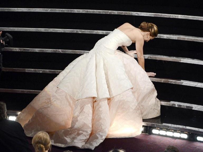 Váy làm chảy máu và loạt trang phục báo hại người nổi tiếng-8