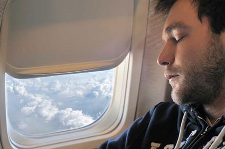 Lý do không nên đeo kính áp tròng khi đi máy bay