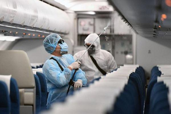 Bác sĩ nói gì về đi chung máy bay với người nhiễm Covid- 9?-1