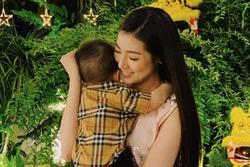 Á hậu Tú Anh chứng minh con trai 'chuẩn gene' mẹ, nhìn thế nào cũng không lệch một ly