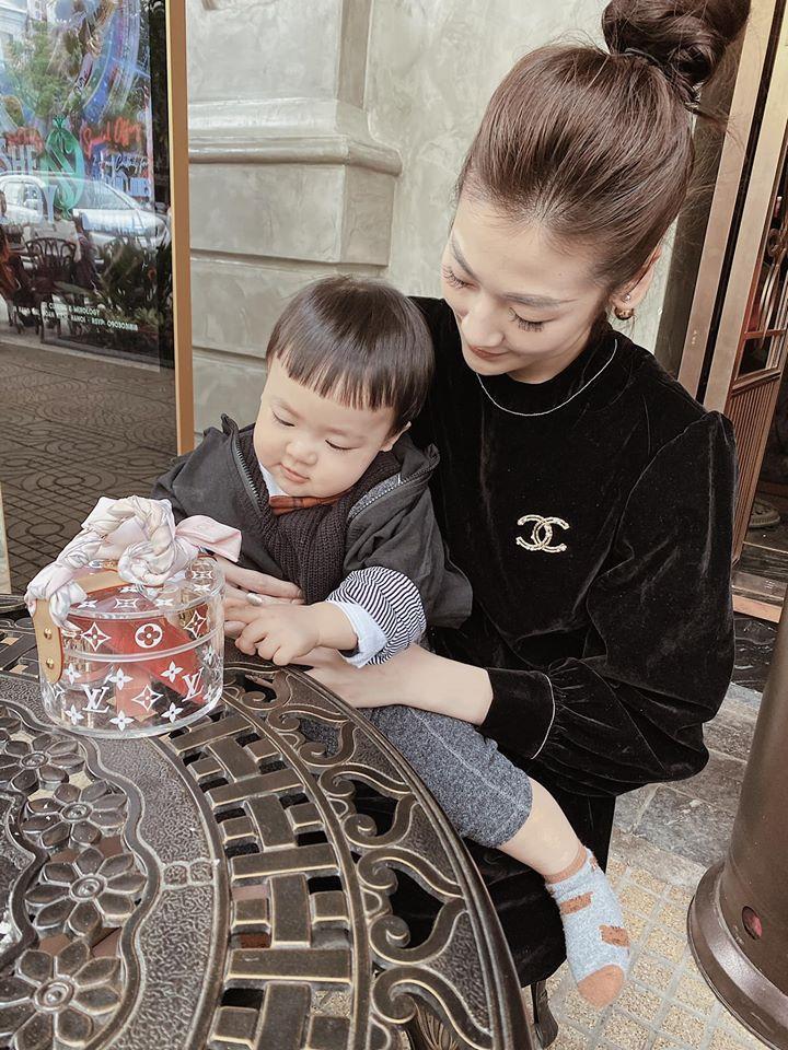 Á hậu Tú Anh chứng minh con trai chuẩn gene mẹ, nhìn thế nào cũng không lệch một ly-2