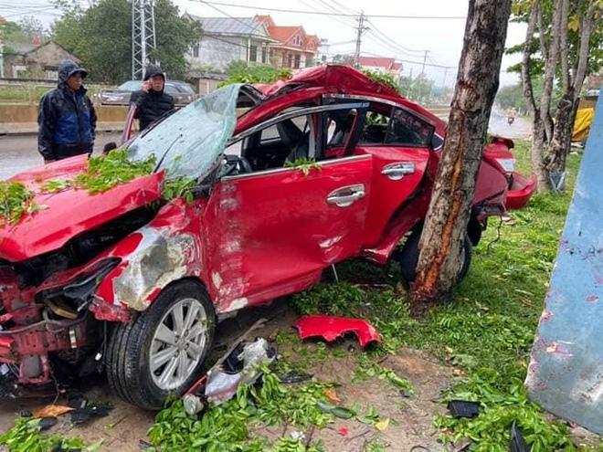 Clip: Kinh hoàng khoảnh khắc ô tô văng vào gốc cây, nát bét, tài xế tử vong-1