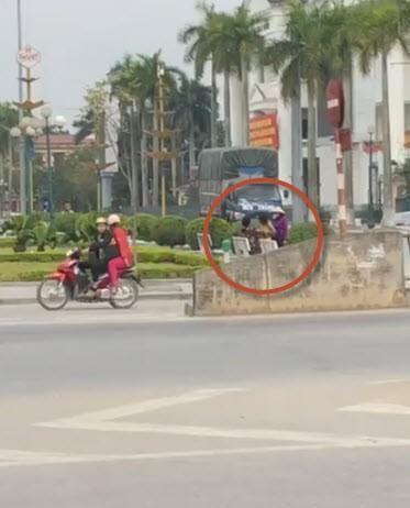 Cặp đôi diễn cảnh nóng giữa quảng trường ở Thái Bình, bị người khác nhắc nhở vẫn cố giả điếc-1