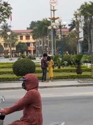 Cặp đôi diễn cảnh nóng giữa quảng trường ở Thái Bình, bị người khác nhắc nhở vẫn cố giả điếc-2
