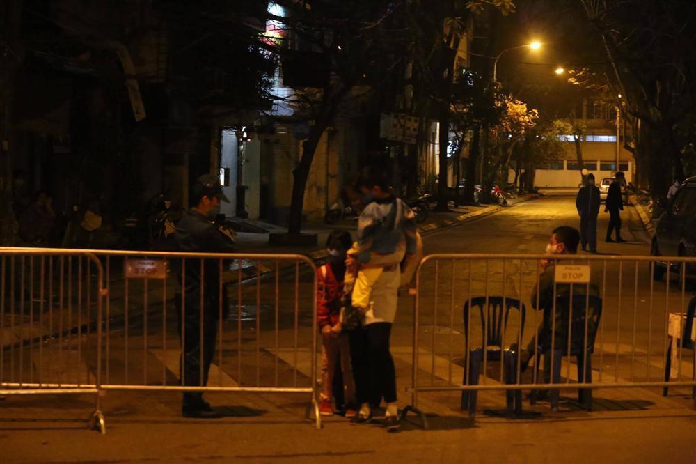 Nhiều chung cư ở Hà Nội dán thông báo nhanh về ca nghi nhiễm virus corona, phố Trúc Bạch nhiều người dân sơ tán-3