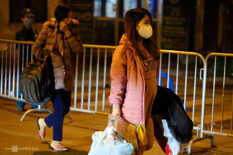 Nhiều chung cư ở Hà Nội dán thông báo nhanh về ca nghi nhiễm virus corona, phố Trúc Bạch nhiều người dân sơ tán-4