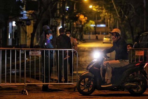 Nhiều chung cư ở Hà Nội dán thông báo nhanh về ca nghi nhiễm virus corona, phố Trúc Bạch nhiều người dân sơ tán-2