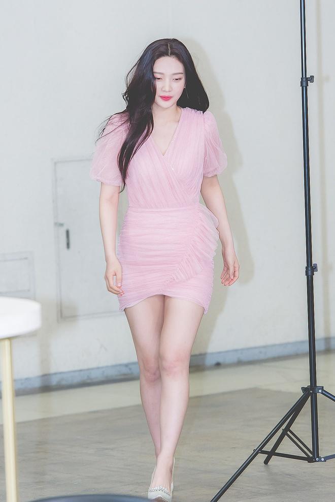 Joy, Jennie khoe thân hình gợi cảm khi diện váy liền bó sát-1