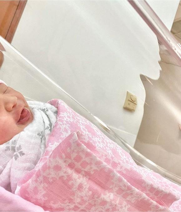 Em gái Trấn Thành đã sinh con đầu lòng, ngoại hình em bé cũng lộ diện luôn cùng bố mẹ-2