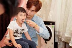 Dân tình lại soi bàn tay chồng trẻ bên con trai Thu Thủy sau ồn ào lén cấu tay bé