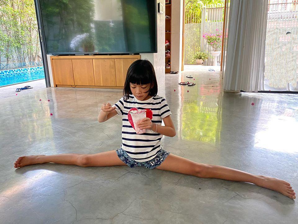 Ái nữ nhà Bình Minh giống bố như lột, chân dài gây choáng ngợp dù vừa tròn 8 tuổi-1