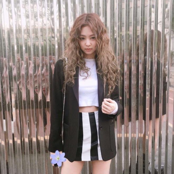 Lisa (BlackPink) cùng các sao Hàn để tóc xoăn mỳ tôm-1