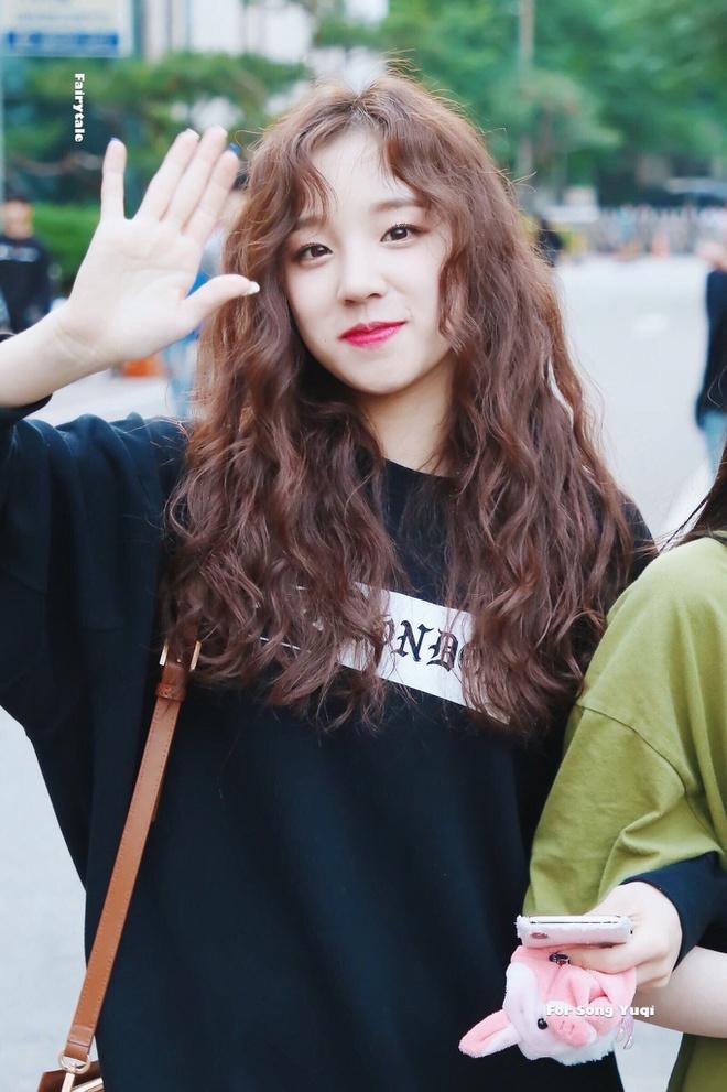 Lisa (BlackPink) cùng các sao Hàn để tóc xoăn mỳ tôm-7