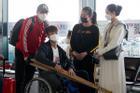 Vợ mới cưới tiễn Duy Mạnh sang Singapore phẫu thuật