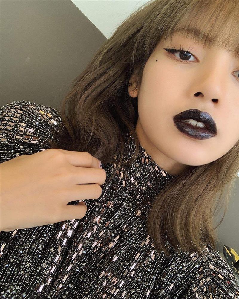 Lisa, HyunA đánh môi thâm vẫn được khen xinh đẹp-1