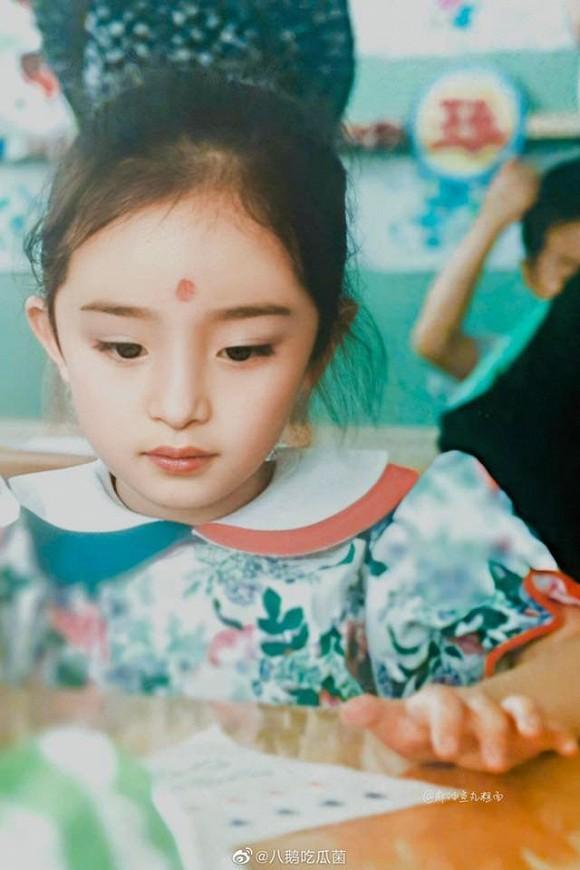 Ảnh thời thơ ấu của Dương Mịch được hé lộ, xứng danh mỹ nhân đẹp từ trong trứng khiến Cnet phải xuýt xoa-7