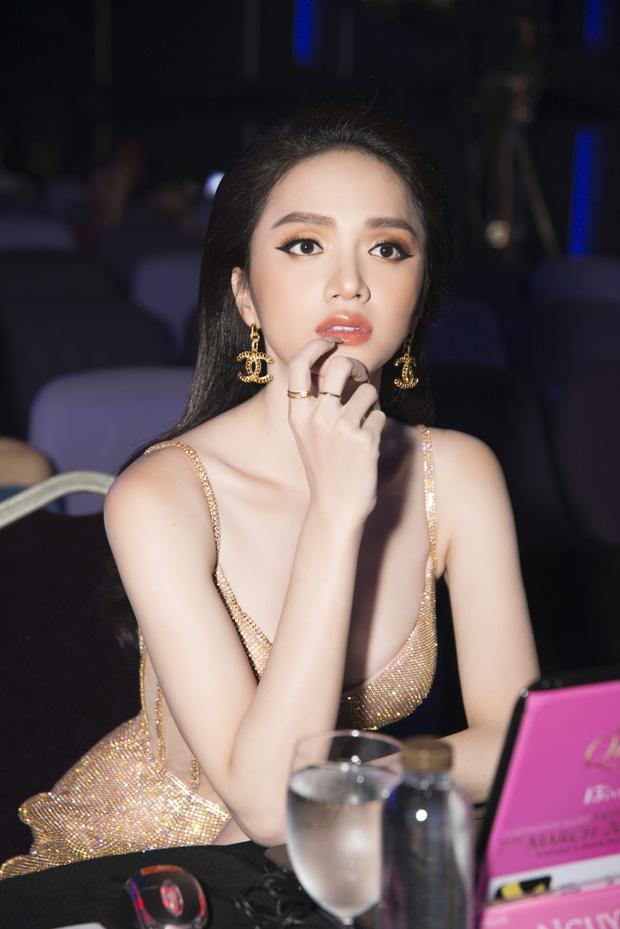 Hoa hậu Hương Giang lộ vòng 1 bên phồng bên xẹp và cả nội y thấp thoáng-5