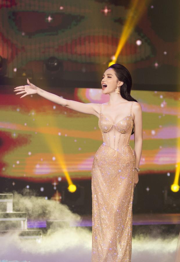 Hoa hậu Hương Giang lộ vòng 1 bên phồng bên xẹp và cả nội y thấp thoáng-7