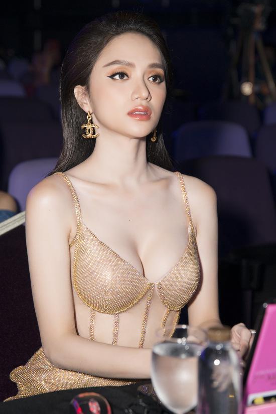 Hoa hậu Hương Giang lộ vòng 1 bên phồng bên xẹp và cả nội y thấp thoáng-6