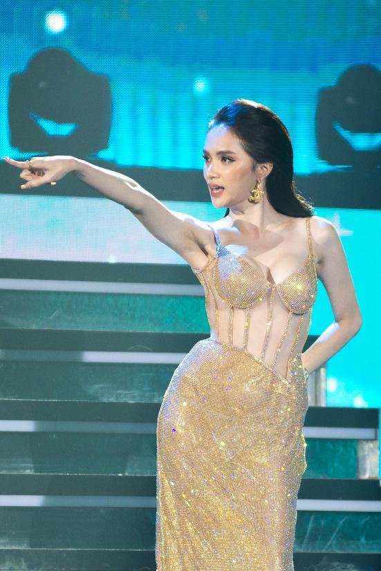 Hoa hậu Hương Giang lộ vòng 1 bên phồng bên xẹp và cả nội y thấp thoáng-8