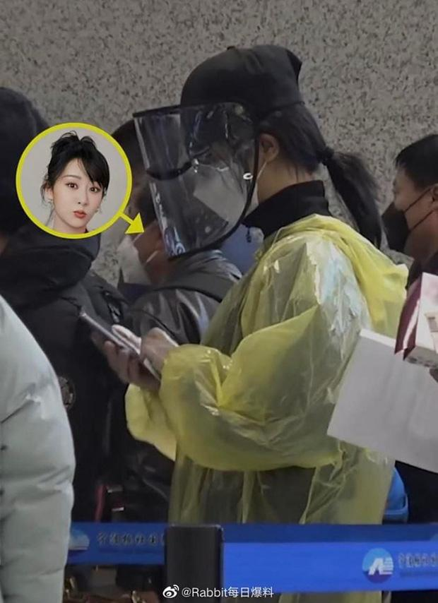 Chẳng cần giữ gìn hình ảnh nghệ sĩ, Dương Tử diện áo mưa, đeo mặt nạ kín mít chống virus corona-1