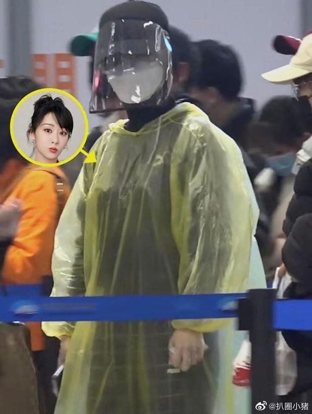 Chẳng cần giữ gìn hình ảnh nghệ sĩ, Dương Tử diện áo mưa, đeo mặt nạ kín mít chống virus corona-2