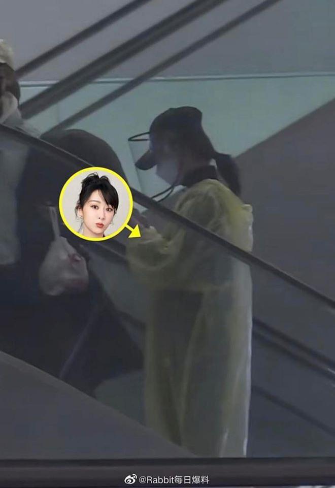 Chẳng cần giữ gìn hình ảnh nghệ sĩ, Dương Tử diện áo mưa, đeo mặt nạ kín mít chống virus corona-4