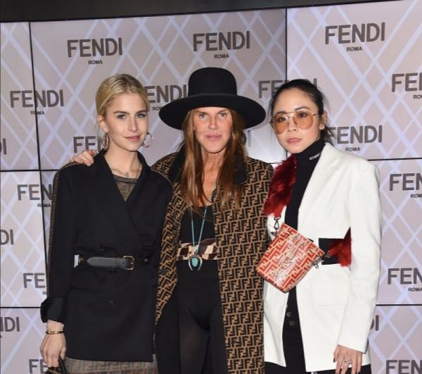 Brooklyn Beckham, Rose Black Pink xem show thời trang cùng chị gái bệnh nhân Covid thứ 17-5