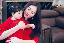 Hoa hậu Đặng Thu Thảo đăng clip cận mặt con gái