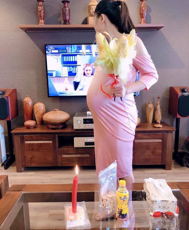 Chồng tặng vợ đủ hoa, bánh, nến lãng mạn vẫn bị giận dỗi, tấm ảnh chụp món quà bóc mẽ tất cả-1