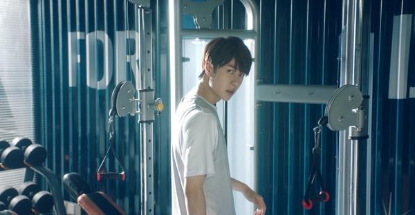 Vương Nhất Bác hóa game thủ đẹp trai đến rụng tim trong phim Cùng em đi đến đỉnh vinh quang-6