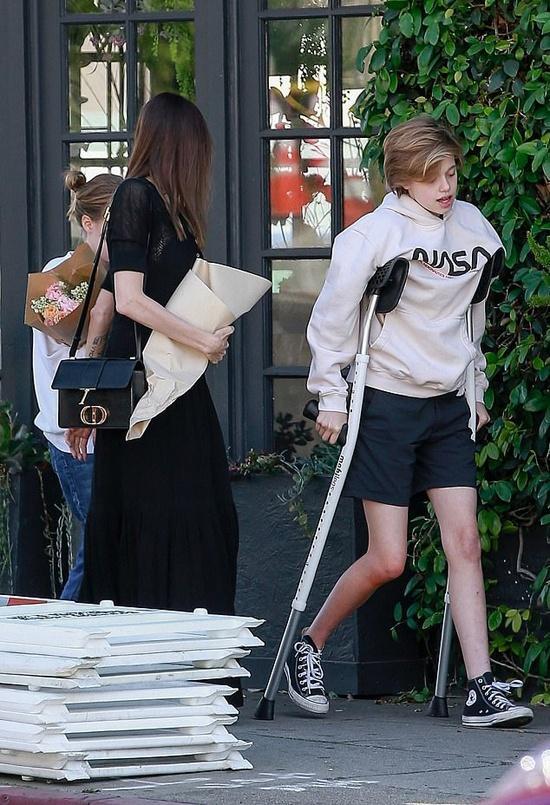 Angelina Jolie và Brad Pitt cùng chăm con sau phẫu thuật-1