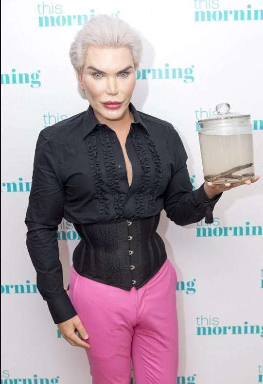 Từng nổi đình đám khi chi 850.000 USD dao kéo, búp bê Ken lại phẫu thuật chuyển giới thành Barbie-3