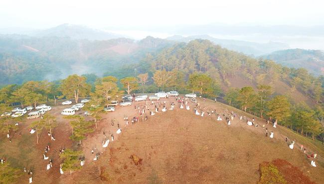 Hàng chục cặp cô dâu, chú rể kéo đến ngọn đồi hot nhất tại Đà Lạt, chen nhau từng mét vuông đất chỉ để chụp ảnh-1