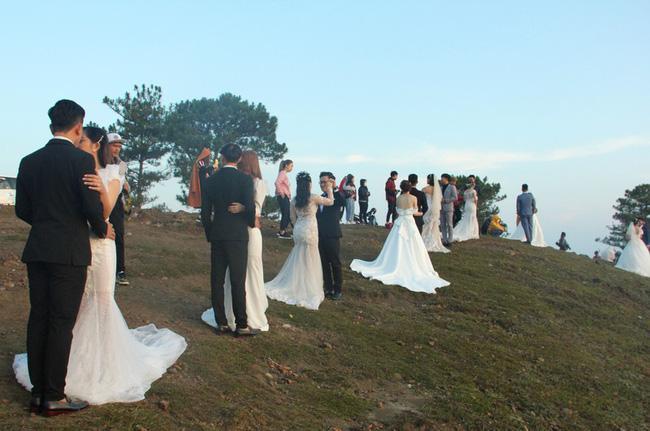 Hàng chục cặp cô dâu, chú rể kéo đến ngọn đồi hot nhất tại Đà Lạt, chen nhau từng mét vuông đất chỉ để chụp ảnh-3