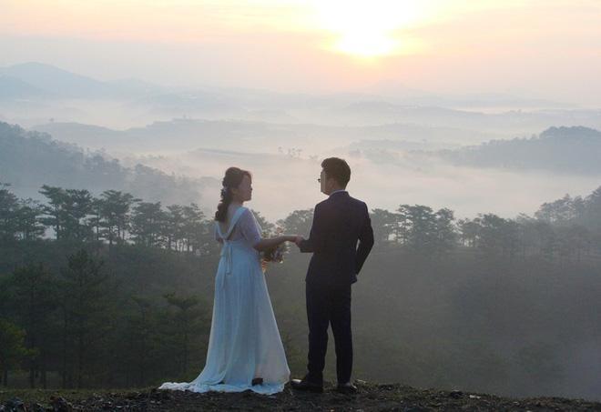 Hàng chục cặp cô dâu, chú rể kéo đến ngọn đồi hot nhất tại Đà Lạt, chen nhau từng mét vuông đất chỉ để chụp ảnh-4