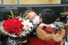 Y tá hôn bạn trai qua kính cách ly được cầu hôn trong ngày rời viện